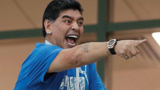 Maradona rouba a cena com caras e bocas em arquibancada; fotos