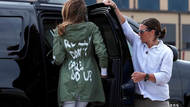 Loja cria jaqueta em resposta a Melania Trump em visita à fronteira
