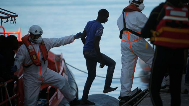 Barco com 230 imigrantes a bordo no Mediterrâneo continua sem destino