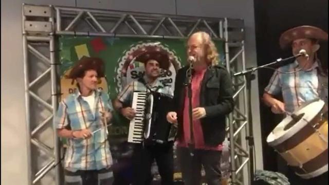 Alceu Valença surpreende público ao cantar na saída de aeroporto