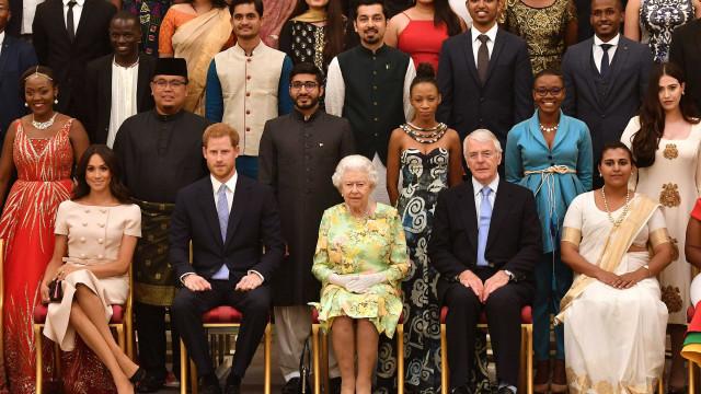 Meghan desliza no protocolo em ato oficial no Palácio de Buckingham