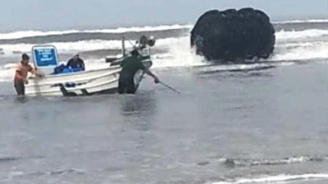Vídeo: boia 'gigante' aparece no litoral de SP e assusta moradores