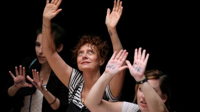 Susan Sarandon e mais 575 mulheres são detidas em protesto contra Trump