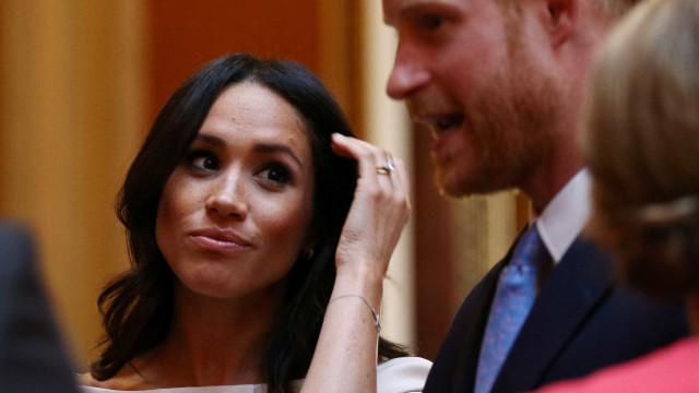 Príncipe Harry salva Meghan de quebrar protocolo na frente da rainha