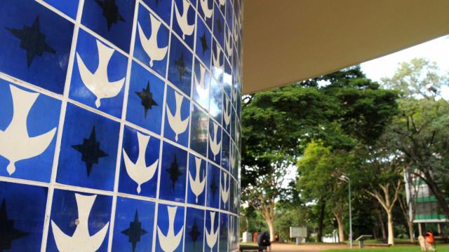 Artista que coloriu azulejos de Brasília, Athos Bulcão faz centenário