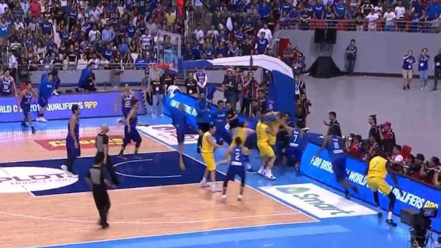 Briga generalizada interrompe Austrália x Filipinas no basquete