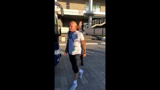 Torcida brasileira acompanha embarque da seleção a estádio de Kazan