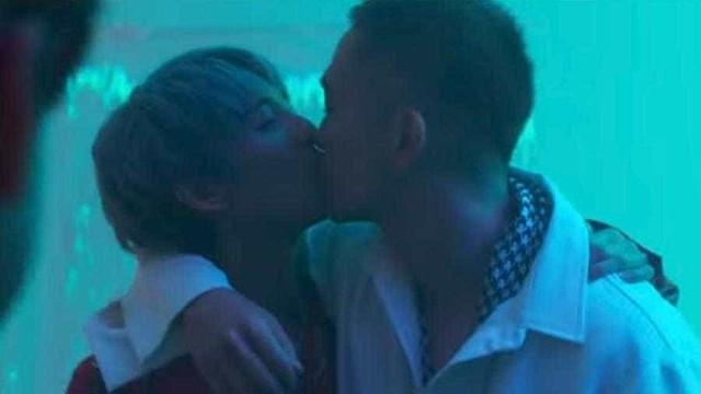 Gay assumido, cantor de k-pop é censurado por beijar em clipe