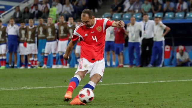 Zagueiro russo de 38 anos encerra carreira após queda na Copa
