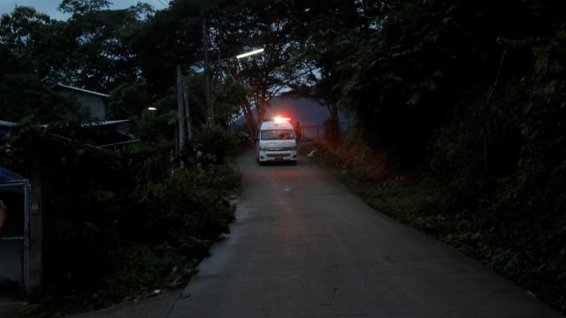 Jovem resgatado em caverna na Tailândia está em condição 'séria'