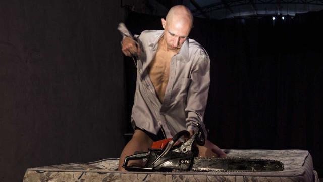 Artista fica ferido ao usar serra elétrica em peça de teatro