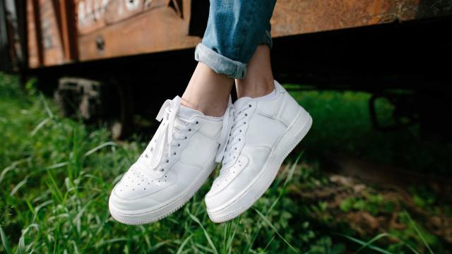 Confira uma dica infalível para limpar tênis branco em casa