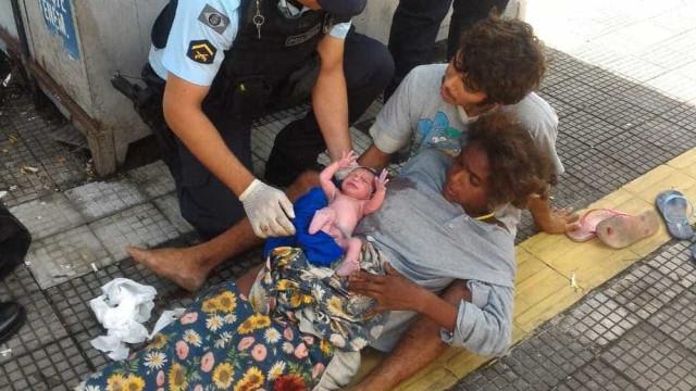 Mãe dá à luz em praça de Fortaleza com ajuda de policiais