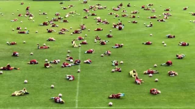 Escolinha de futebol faz 'desafio do Neymar' com 135 crianças; vídeo