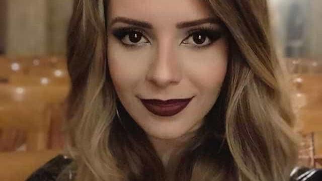 Sandy aposta em look sexy, transparente e decotado em evento de beleza