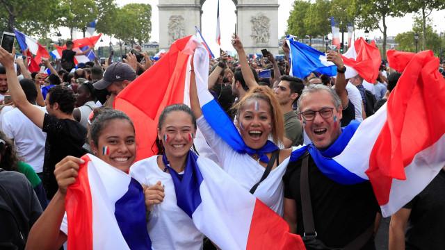 Multidão invade ruas de Paris para comemorar o título Mundial; fotos