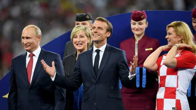 Macron invade vestiário, beija taça e visita croatas após final