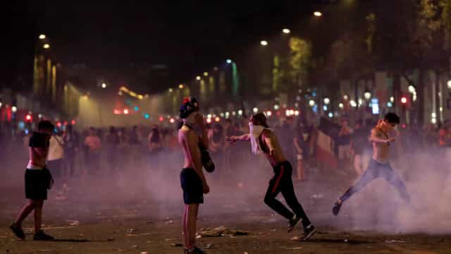 Torcedores franceses morrem em comemoração marcada por violência