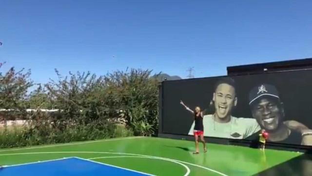 Neymar 'dá as caras' nas redes sociais em jogo 'solitário' de basquete