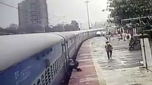 Preso em trem, passageiro é arrastado por 50 metros em estação na Índia