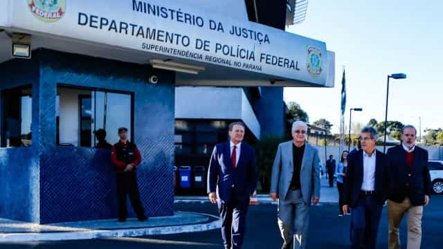 Senadores fazem vistoria na sede da PF e visitam ex-presidente Lula