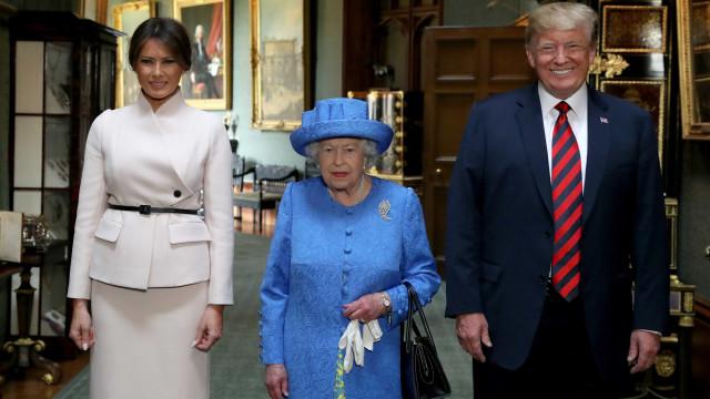 Especialistas dizem que Elizabeth II mandou recados a Trump com broches