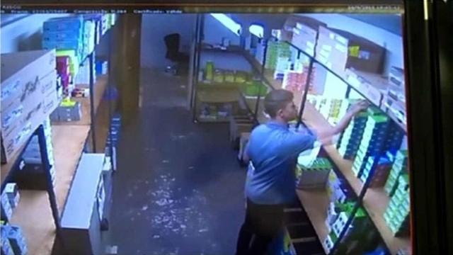 Jogador é preso suspeito de furtar celulares de loja