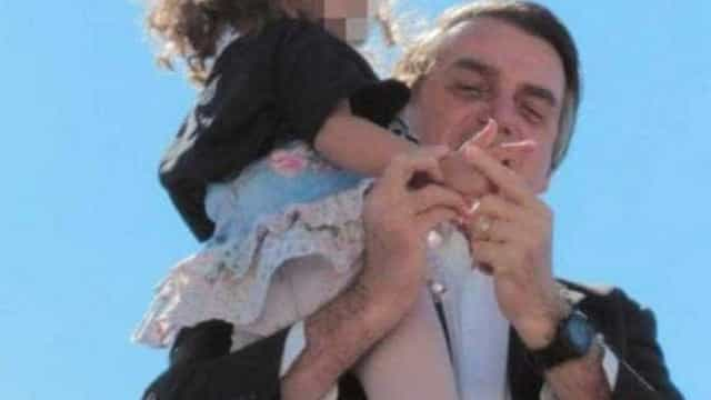 Imagem de Bolsonaro ensinando menina a imitar arma é criticada