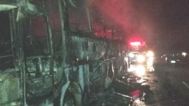 Ônibus de turismo com 41 passageiros pega fogo durante viagem em MG