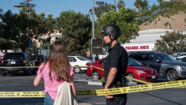 Homem faz reféns e mata uma pessoa dentro de loja em Los Angeles
