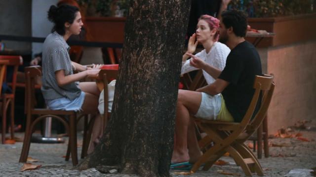 Após terminar com Chay Suede, Laura Neiva curte tarde com amigos