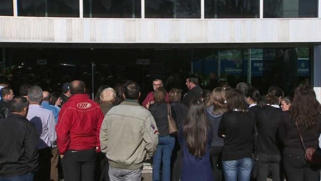 Amigos e familiares velam o corpo do deputado Bernardo Carli