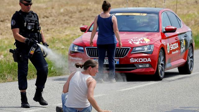 Volta da França é interrompida por gás lacrimogêneo após protesto