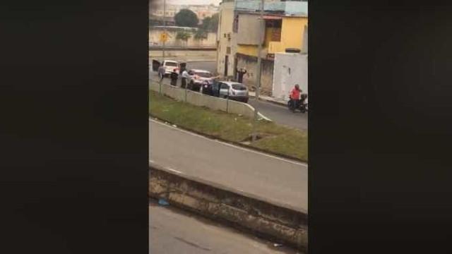 Motoristas vivem momento tenso em arrastão na linha amarela; veja
