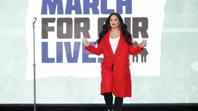 Demi Lovato segue internada com febre alta, enjoo e outras complicações