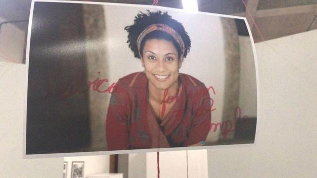 Foto de Marielle é pixada em mostra: 'Lésbica foi um mal exemplo'