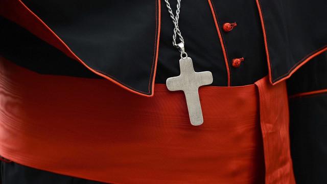 Disque-denúncia para vítimas de padres recebeu 400 chamadas em 6 dias
