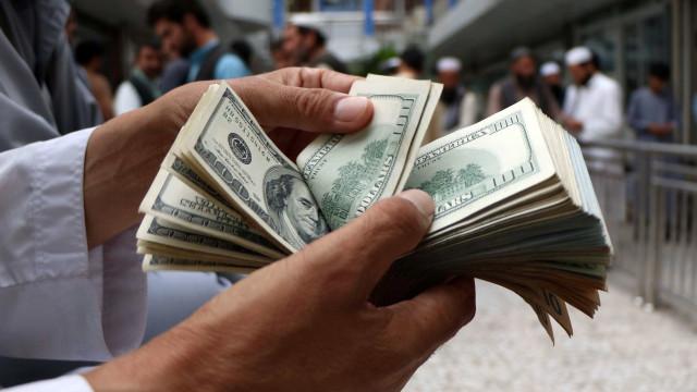 Dólar recua para R$ 3,72 e fecha semana em queda