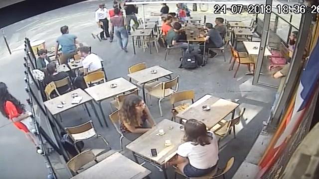 Mulher é assediada e agredida em rua de Paris; vídeo