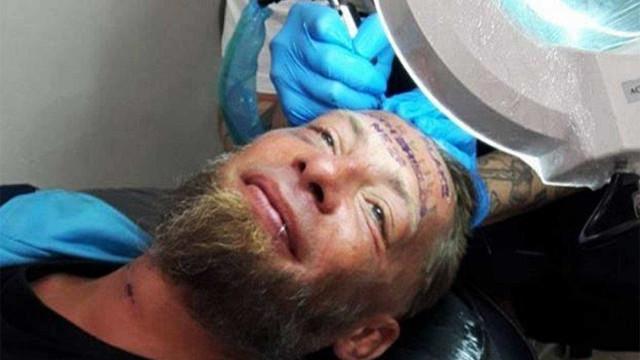Turistas dão dinheiro a morador de rua para que faça tatuagem na cara
