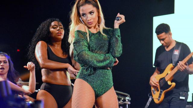 Anitta diz que está com hérnia de disco e leva fisioterapeuta para show