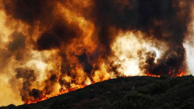 Incêndio dobra de tamanho e sul da Califórnia fica em emergência