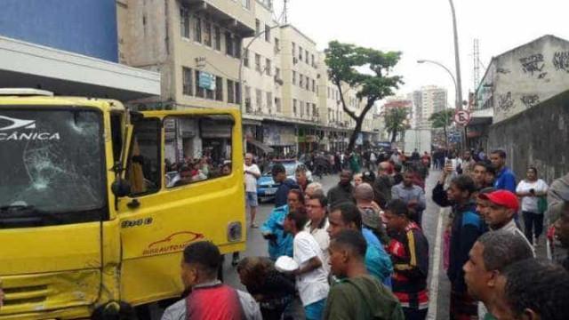 Motorista de reboque atropela 9 pessoas e mata uma no Rio