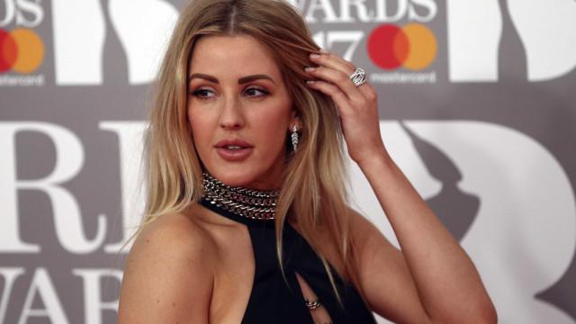 Ellie Goulding anuncia noivado pelo jornal