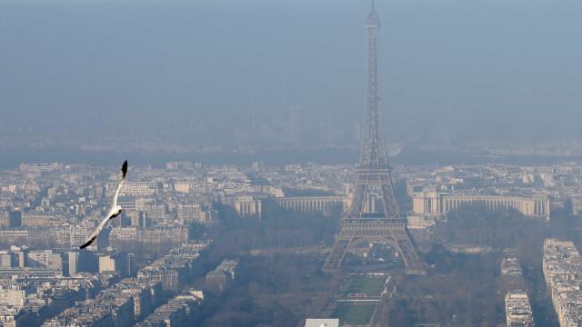Poluição: morar um ano em Paris equivale a fumar 183 cigarros