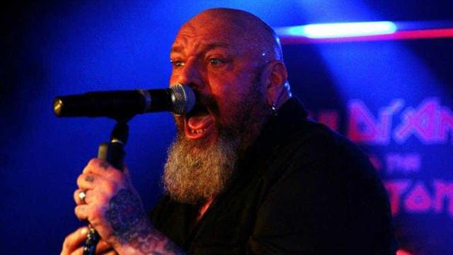 Ex-vocalista do Iron Maiden está internado e pode perder uma perna
