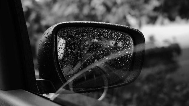 Pai ameaça filho de morte e arrasta menino pendurado na janela de carro