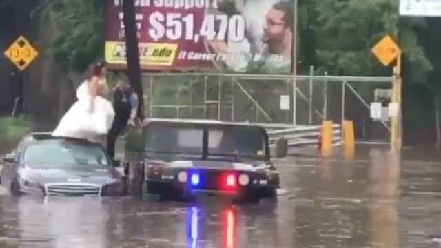 Noivos são resgatados de carro submerso após cheias nos EUA