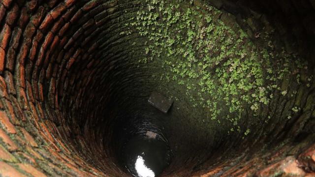Distraída com celular, mulher cai em poço e morre afogada no Pará