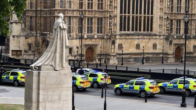 Carro se choca contra barreiras de segurança do parlamento inglês